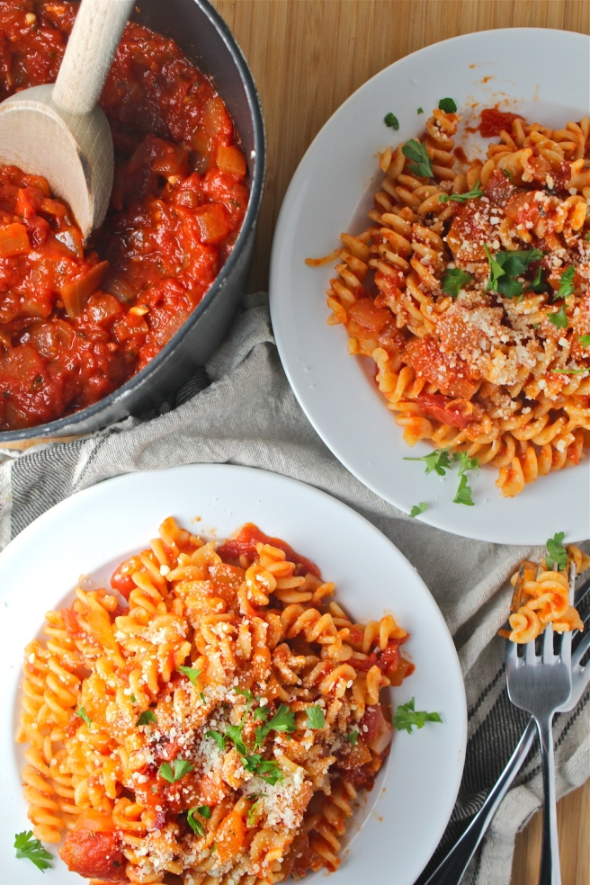This Easy Tomato Sauce is so simple to prepare and incredibly versatile - a staple in my kitchen! | The Millennial Cook #dinner #easydinner #tomatosauce #italian