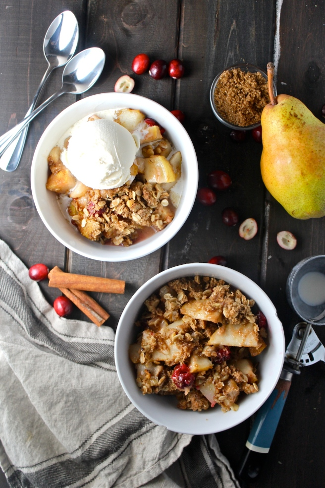 This Pear Cranberry Crisp is simply delicious - the combination of sweet, juicy pears and tart fresh cranberries is perfect for fall! | The Millennial Cook #fallrecipe #crisp #pear #cranberry