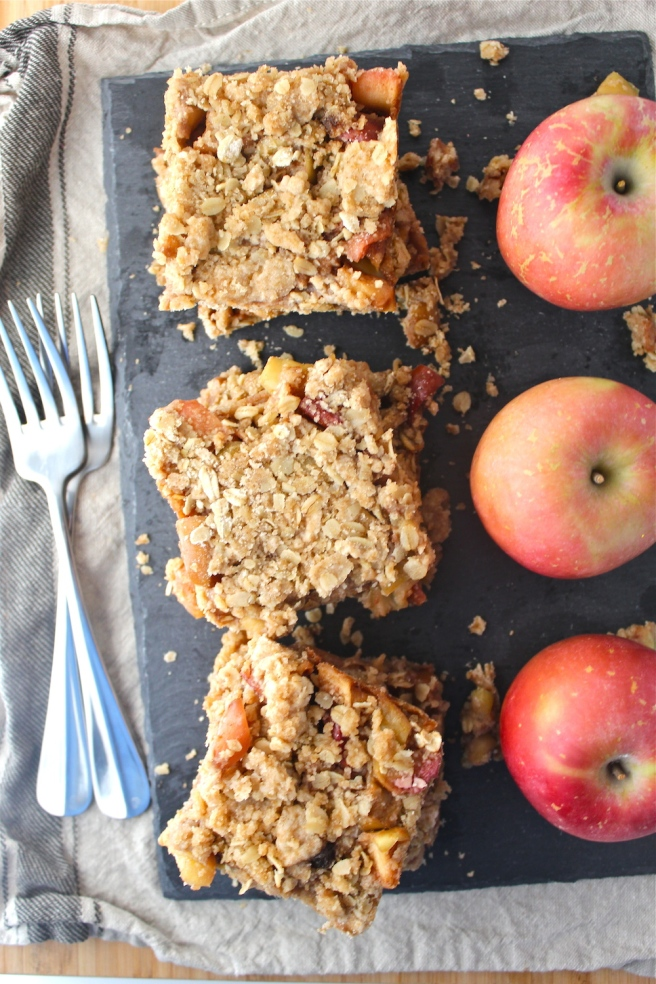 These Spiced Apple Pie Bars are loaded with brown sugar, cinnamon, and hearty oatmeal - they're the epitome of fall! | The Millennial Cook #fallrecipe #applepie #piebars #apple #cinnamon #oats