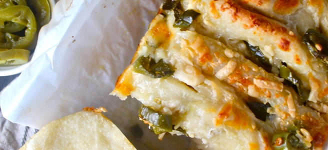 This Cheddar Jalapeno Pull Apart Bread is warm, cheesy, spicy, and so easy to throw together! | The Millennial Cook #cheddar #jalapeno #pullapartbread